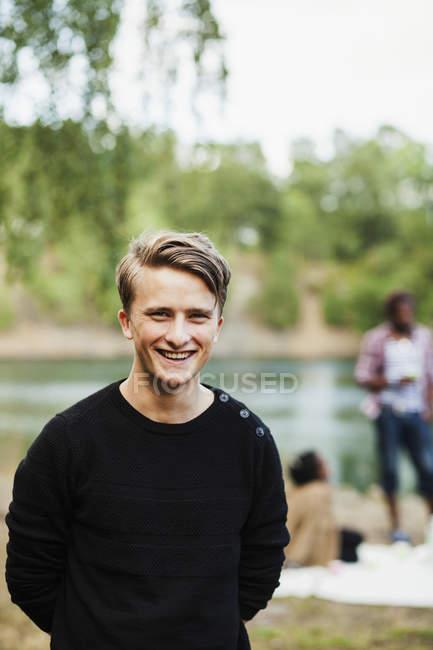 Homme heureux à la forêt — Photo de stock