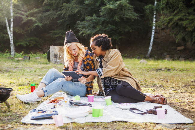 Freunde mit digitalen tablet — Stockfoto
