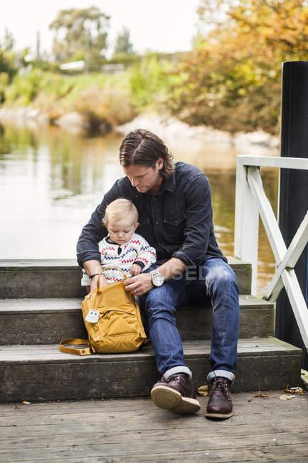 Mann und Baby Mädchen auf der Suche etwas in der Tasche — Stockfoto