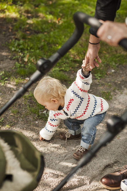 Babymädchen halten Sie Väter Hand biegen — Stockfoto