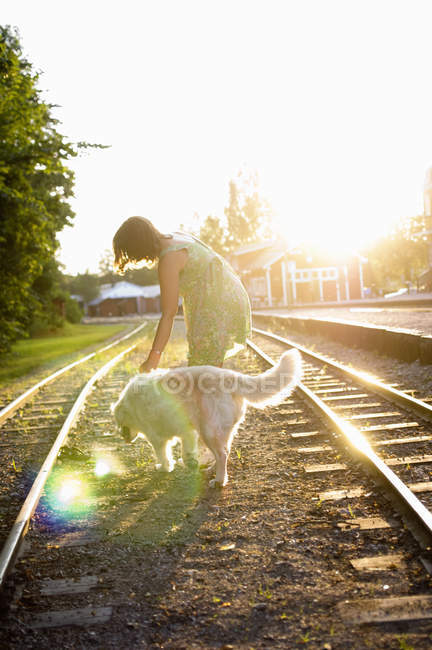 Frau mit Hund auf Bahngleisen — Stockfoto