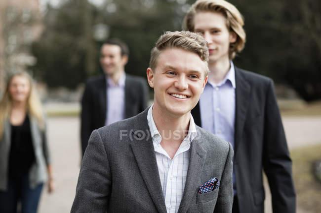 Uomo d'affari che cammina con il collega di sesso maschile — Foto stock
