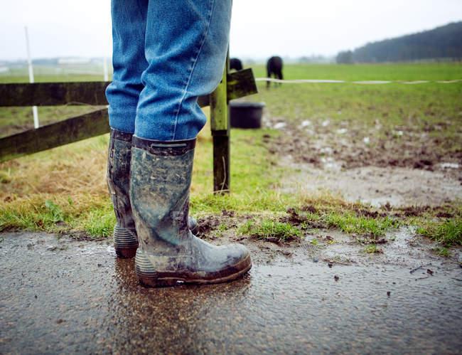 Людина в безладним чоботи — стокове фото