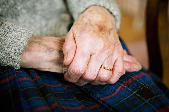 Femme âgée à la maison — Photo de stock