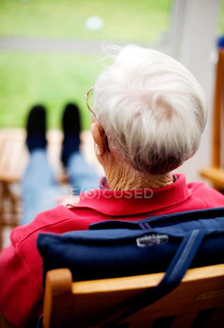 Senior assis sur la chaise — Photo de stock