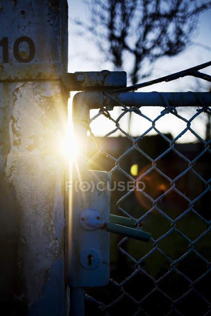 La lumière du soleil circule à travers la porte métallique — Photo de stock