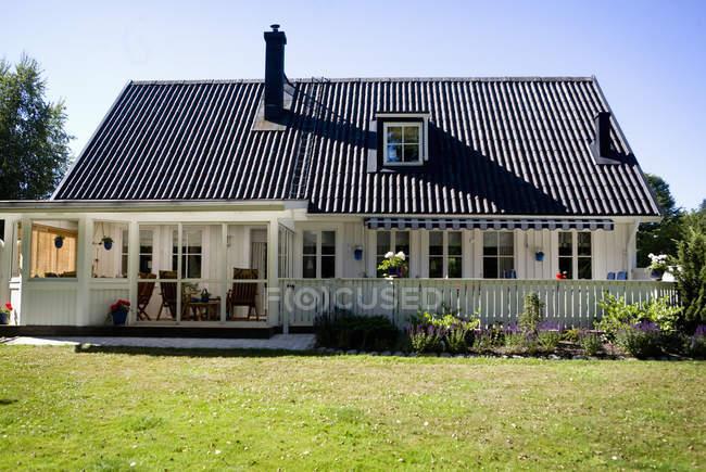 Casa contro cielo limpido — Foto stock