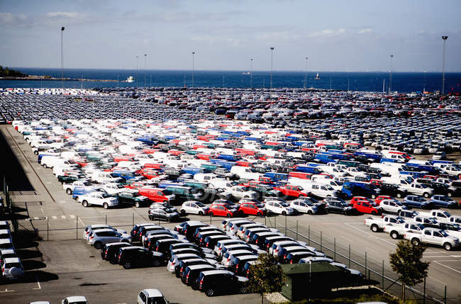 Vue sur le parking par la mer — Photo de stock