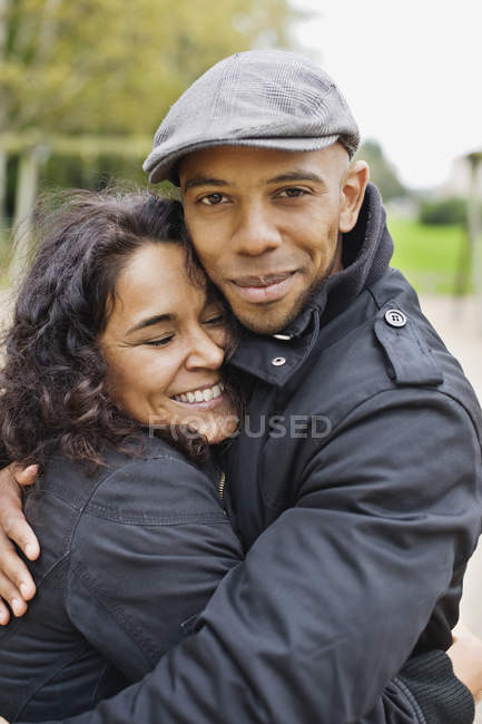 Felice uomo abbracciare donna — Foto stock