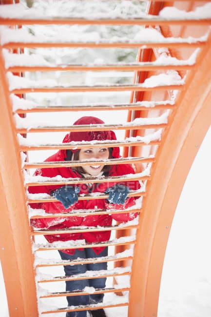 Frau auf der Suche durch Spielgerät auf Spielplatz — Stockfoto