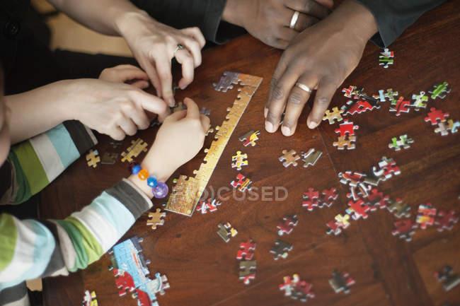 Семья, решать головоломки — стоковое фото