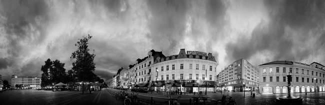 Bâtiments résidentiels contre ciel nuageux — Photo de stock