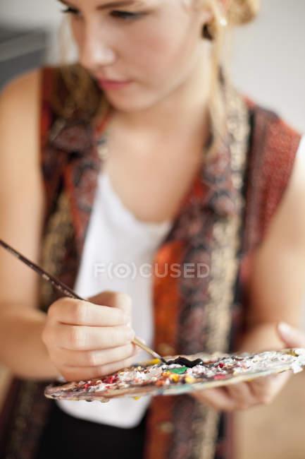 Joven pintor femenino - foto de stock