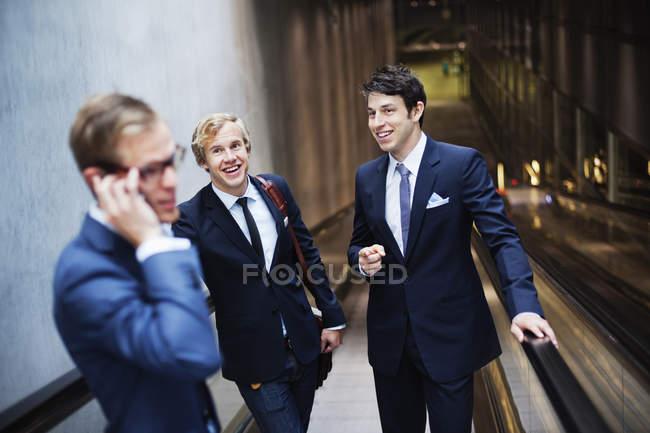 Молодые счастливые бизнесмены — стоковое фото