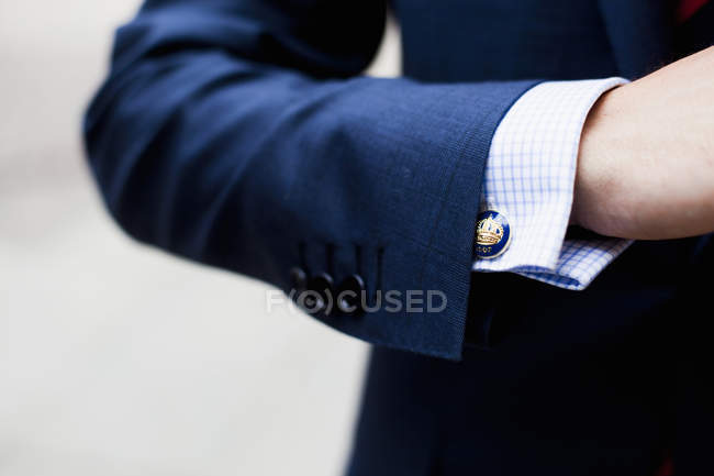 Homem de negócios usando manguito link — Fotografia de Stock