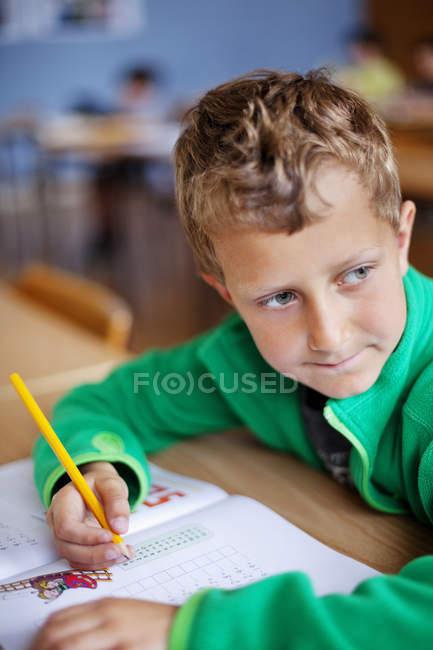 Garçon blond assis avec le livre — Photo de stock