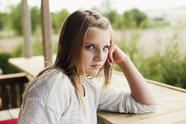Girl leaning on retaining wall — Stock Photo