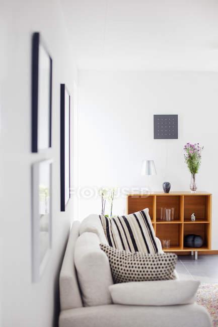 Canapé dans le salon — Photo de stock