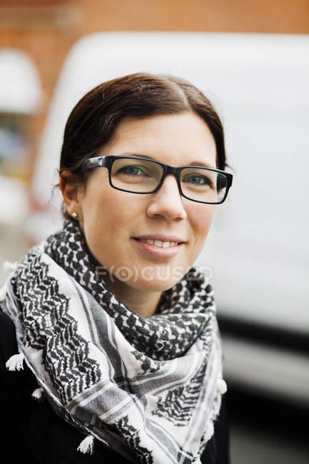 Mulher sorridente ao ar livre — Fotografia de Stock