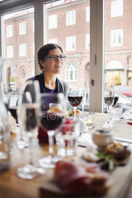 Mujer en mesa de comedor en el restaurante - foto de stock