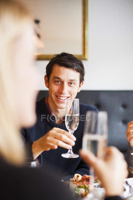 Mann-Betrieb-Champagner — Stockfoto