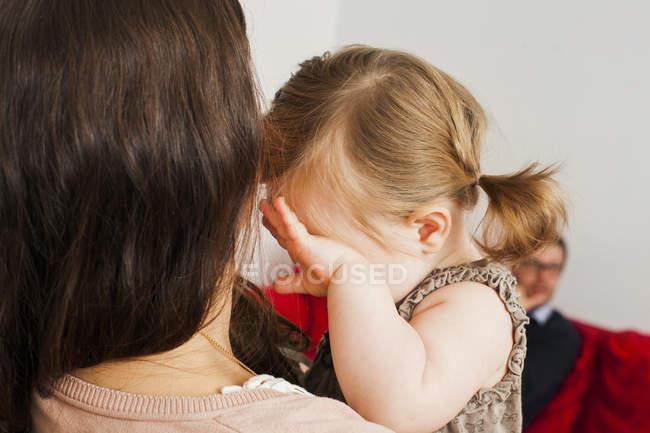 Madre che porta il bambino piangente — Foto stock