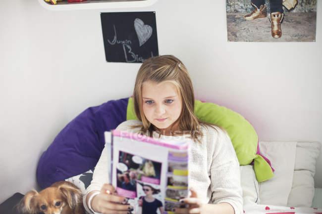Mädchen lesen Roman — Stockfoto