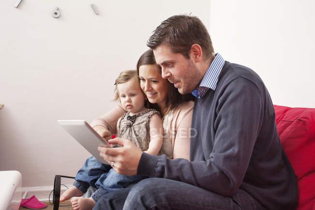 Щаслива родина, використовуючи цифровий планшетний — стокове фото