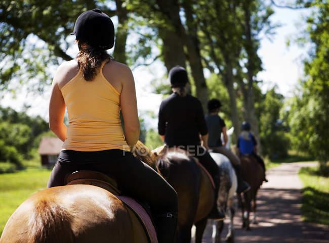 Pessoas passeios a cavalo — Fotografia de Stock