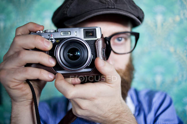 Man photographing through camera — Stock Photo