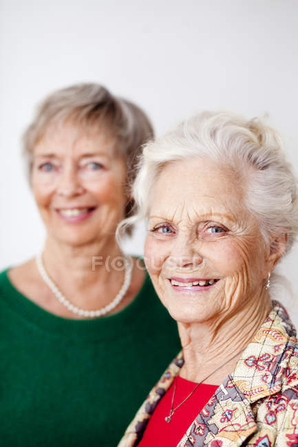 Улыбающиеся пожилые женщины — стоковое фото