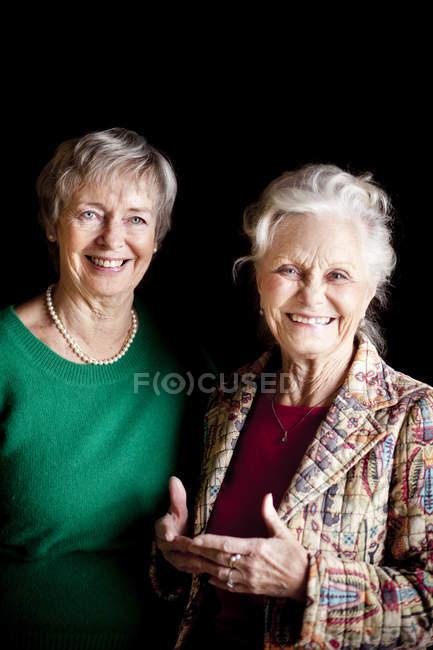 Sorridenti amici anziani — Foto stock