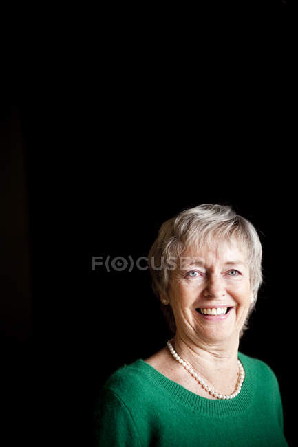 Porträt einer fröhlichen Seniorin — Stockfoto