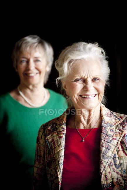 Mujer Senior con amigo - foto de stock