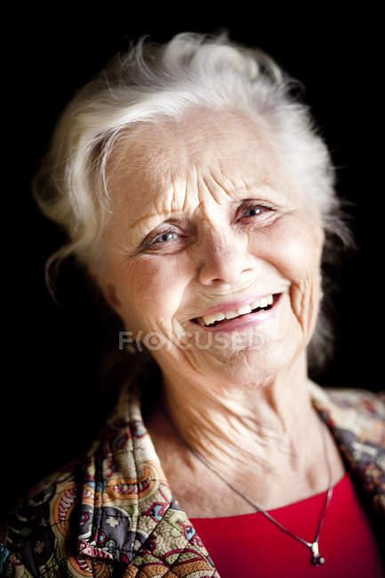 Ritratto di donna anziana felice — Foto stock