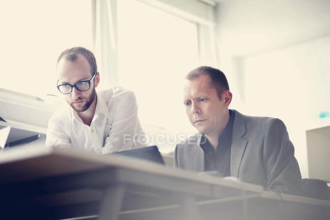 Uomini d'affari che lavorano a tavola — Foto stock