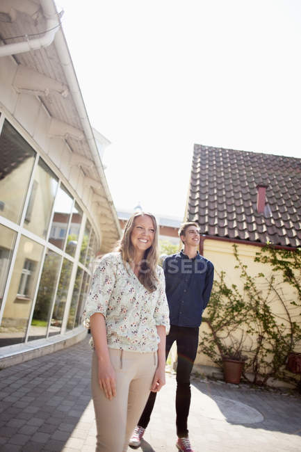 Friends standing against building — Stock Photo