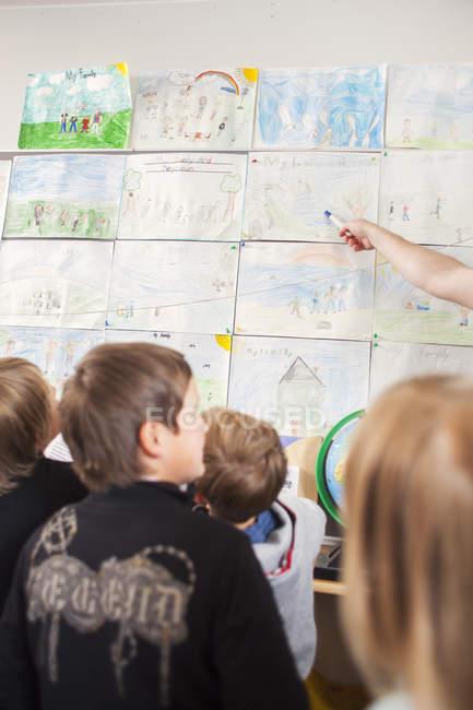 Дети в начальной школе — стоковое фото
