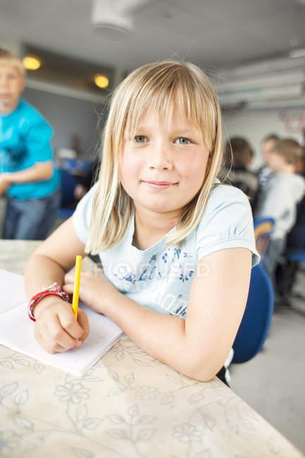 Портрет уверенной школьницы — стоковое фото