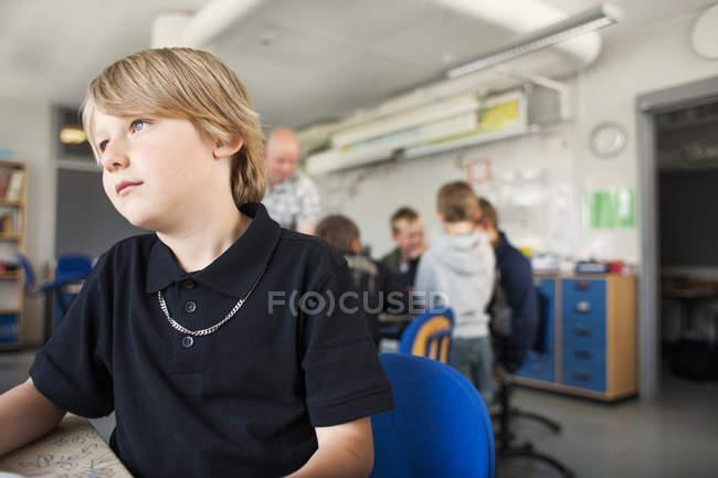 Nachdenklicher Schüler sitzt im Klassenzimmer — Stockfoto