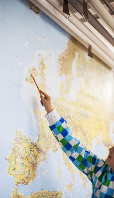 Student pointing at map — Stock Photo
