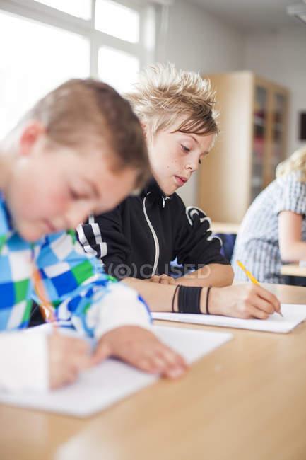 Étudiants hautes juniors écrit — Photo de stock