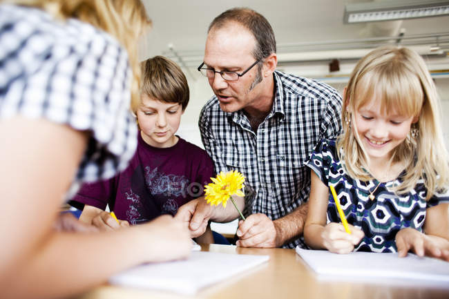 Professor assisting students — Stock Photo