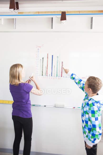 Studenti high Junior discutendo — Foto stock