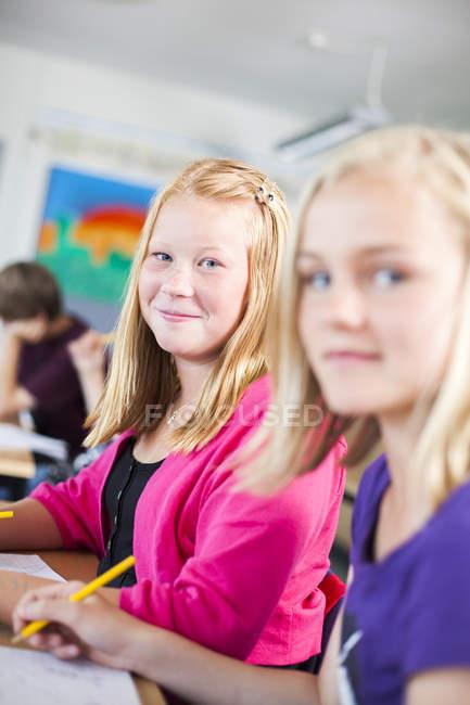 Portrait de sourire écolières — Photo de stock