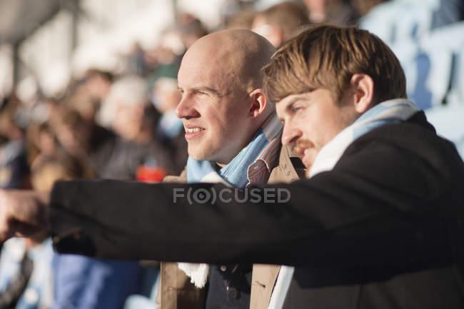 Amici maschi guardare partita — Foto stock