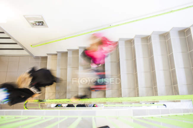 Studenti che si spostano verso il basso passi — Foto stock