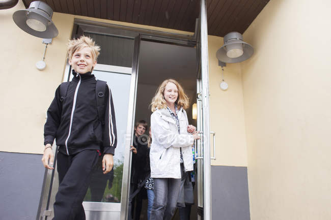 Studenti che lasciano la scuola — Foto stock