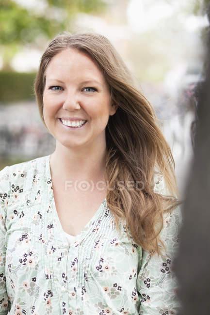 Jovem feliz ao ar livre — Fotografia de Stock
