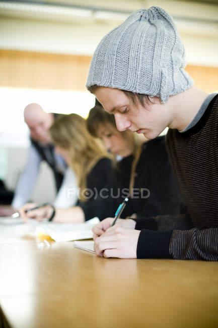 Студенти, що писати в класі університету — стокове фото